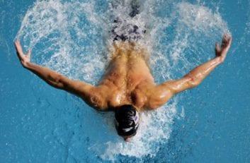 """Τι είναι ο """"ώμος του κολυμβητή"""" και πώς αντιμετωπίζεται"""