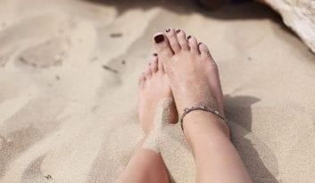 8 εύκολοι τρόποι περιποίησης για όμορφα πόδια το Καλοκαίρι